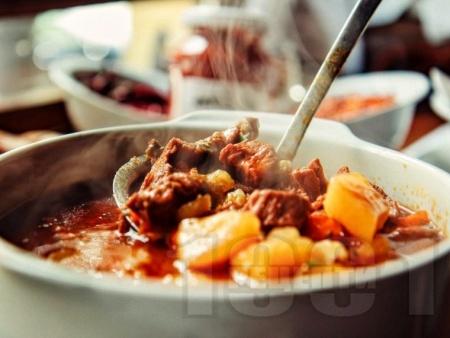 Чешки гулаш със свинско месо и картофи - снимка на рецептата